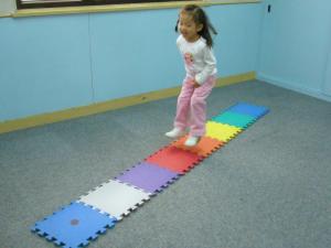 對活潑好動的幼兒來說,不用坐定定,用跳顏色地墊來辨別旋律,也是多重感官的學習