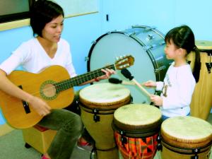 打鼓可加強節奏感及強化感官統合能力。